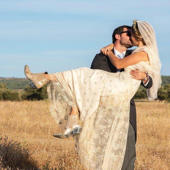 noiva ao colo do noivo