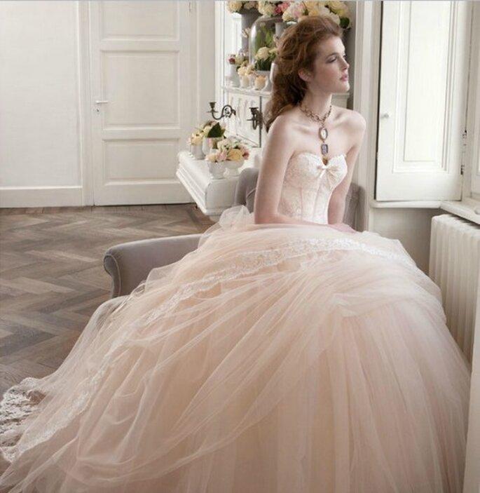 Romantico e iperfemminile l'abito rosa cipria di Atelier Aimèe Montenapoleone Pre-Collezione 2013. Foto: www.aimee.it