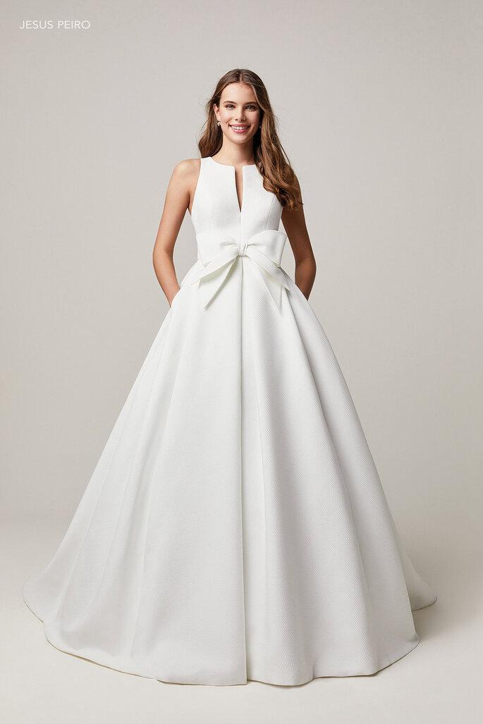 Jesús Peiró vestido de novia en corte princesa volumen en falso liso, con escote lágrima, falda con pliegues encontrados y maxilazo.
