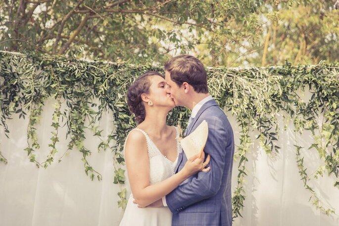 Le baiser qui vient concrétiser l'union des jeunes mariés.