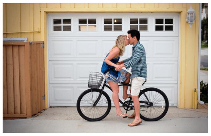 Un romántico paseo en bici para tus fotos pre boda - Foto Kate Noelle Photography