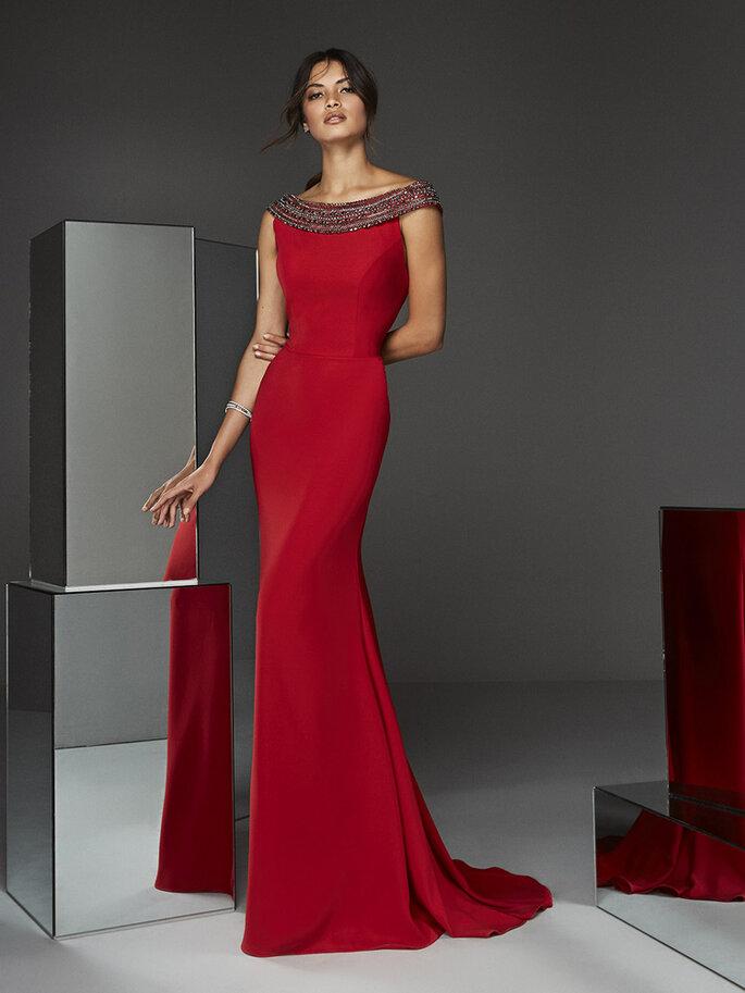 Osmoz Mariage - un modèle portant une superbe robe de soirée longue et rouge dénichée chez Osmoz Mariage