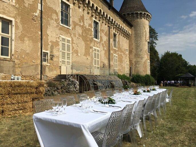 Une table dressée pour un mariage en extérieur au Château de Rully, près des bottes de foin