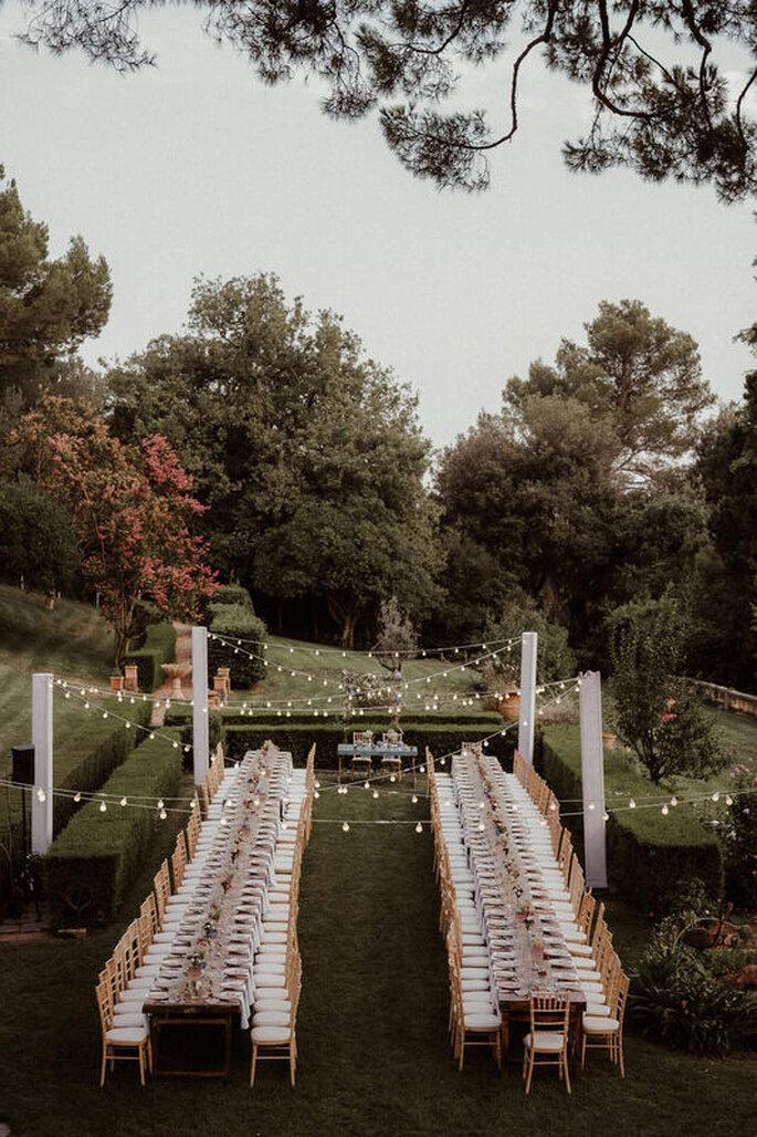 Banquet de réception de mariage dressé en extérieur, style guinguette