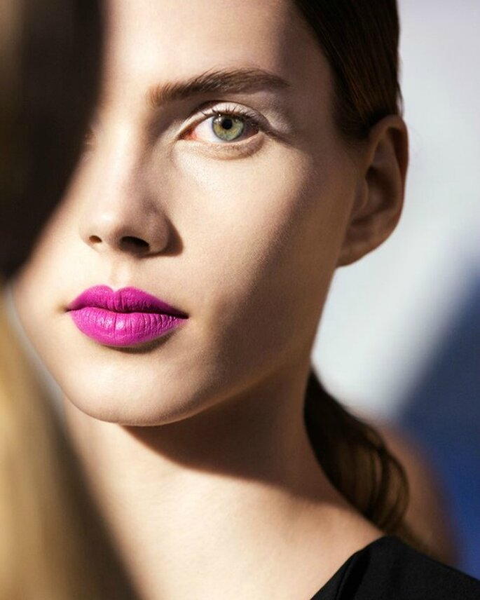 Beauty look de Dior, con rouge y blush cheek creme en fucsia, con coleta baja. Foto: Dior