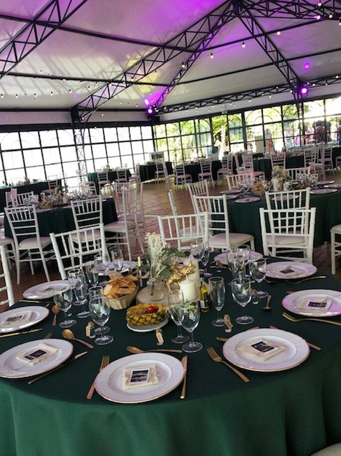 Des tables dressées pour un mariage dans l'Orangerie du Manoir Saint Hubert