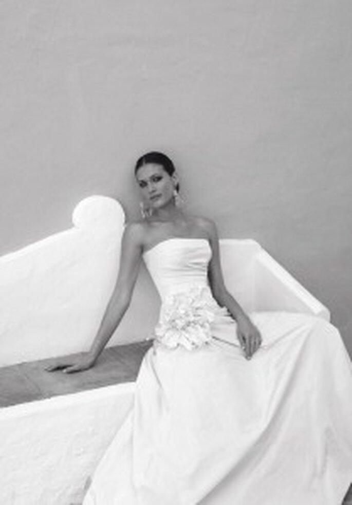 Cymbeline 2009 - Biki, vestido largo escote palabra de honor, corte princesa, aplique floral