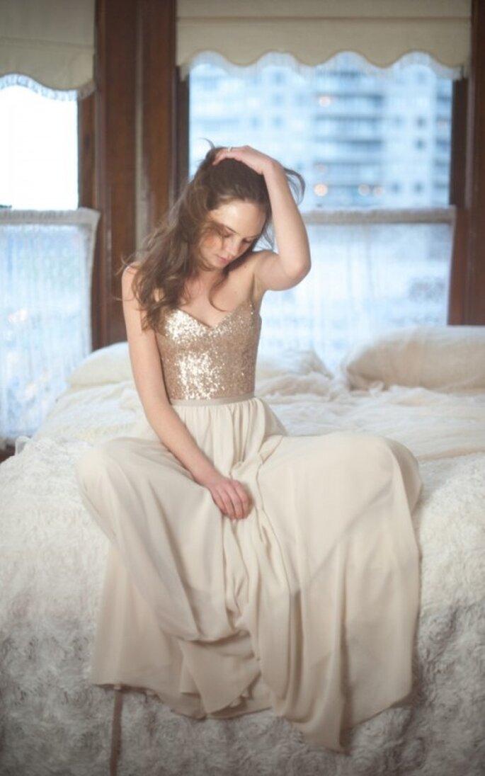 Vestido de novia en color nude con escote corazón y apliques dorados en corpiño - Foto Blush Wedding Photography