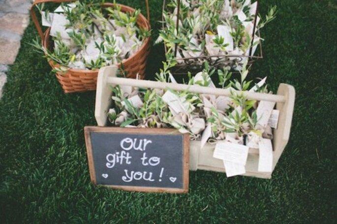 Ein kleines Geschenk für die Gäste zur Selbstentnahme – Foto: Green wedding shoes