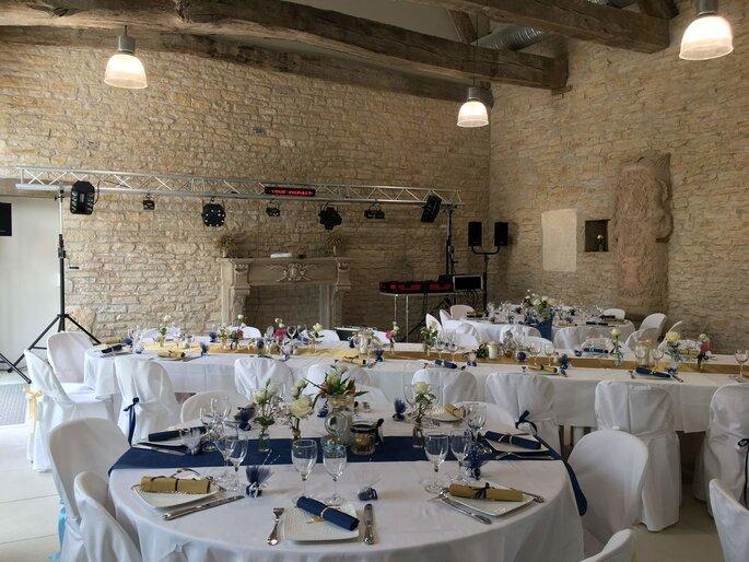 Salle de réception intérieure décorée pour un mariage en bleu, blanc et doré au Château de Rully