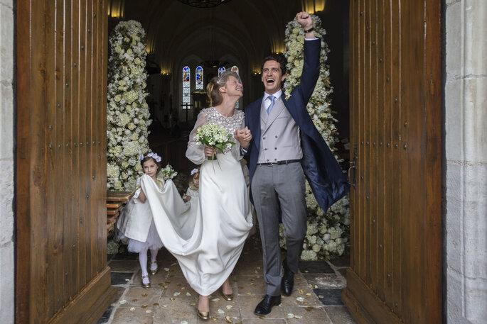 Photo d'un couple de mariés heureux sortant de l'église