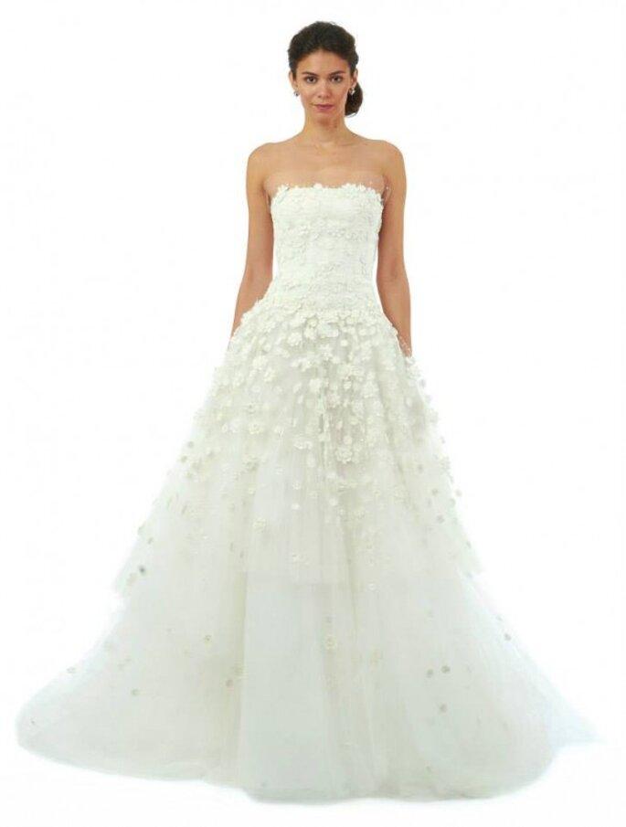 Vestido de novia strapless con capas de tul plisado y apliques de margaritas y azucenas de Oscar de la Renta - Colección Otoño 2014