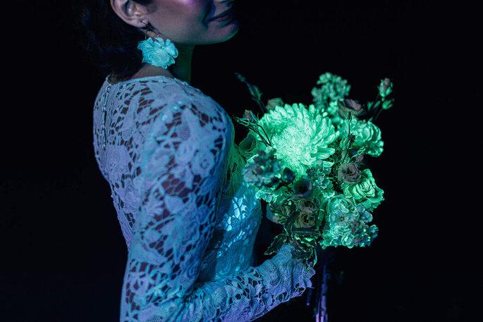 Une mariée avec son bouquet de fleurs bioluminescentes.
