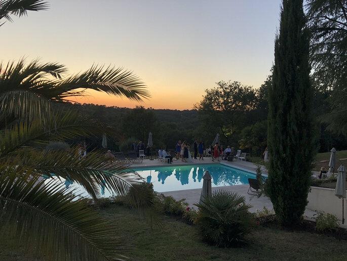 Les mariés et leurs invités partagent des moments de bonheur autour de la piscine.