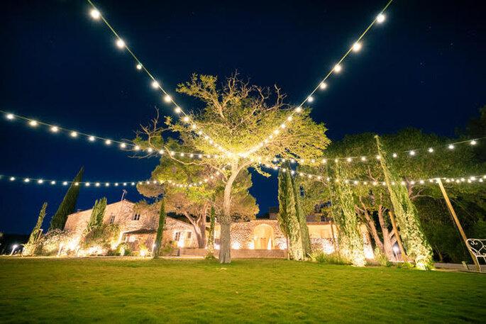 Parc décoré avec des guirlandes lumineuses, style guinguette