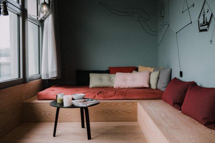 Eine Sofa-Ecke mit bunten Kissen.