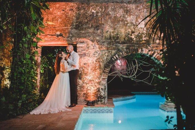 Recién casados posando junto a piscina