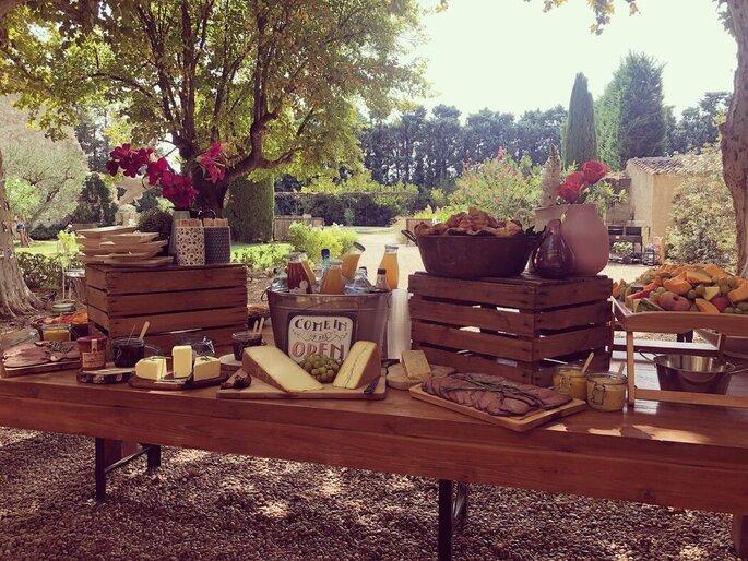 Buffet brunch du Mets des Lys composé de fromages, charcuterie, jus, le tout en pleine nature, disposés sur une table en bois
