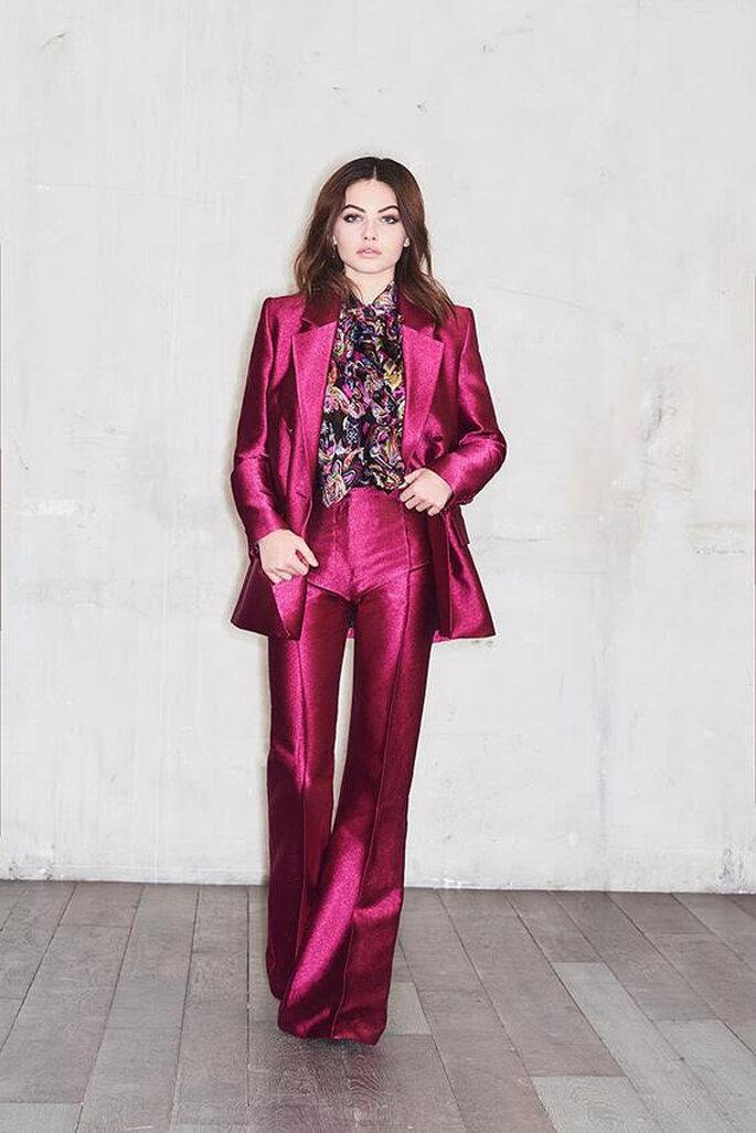 Un ensemble prêt à porter - tenue de soirée rose framboise irisé avec une chemise noire colorée