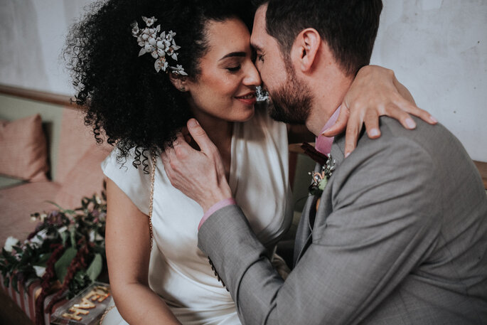 Das Brautpaar küsst sich, organisiert von Freakin Fine Weddings.