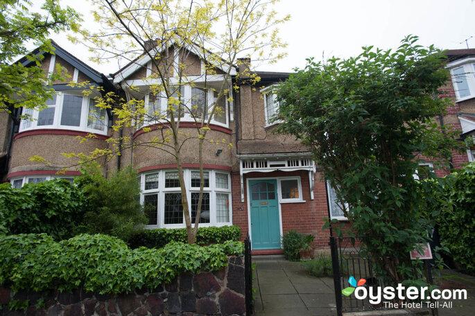 Facahhada do Hostel Rhodes Avenue Homestay B&B, Londres em tijolinho com árvores verdes