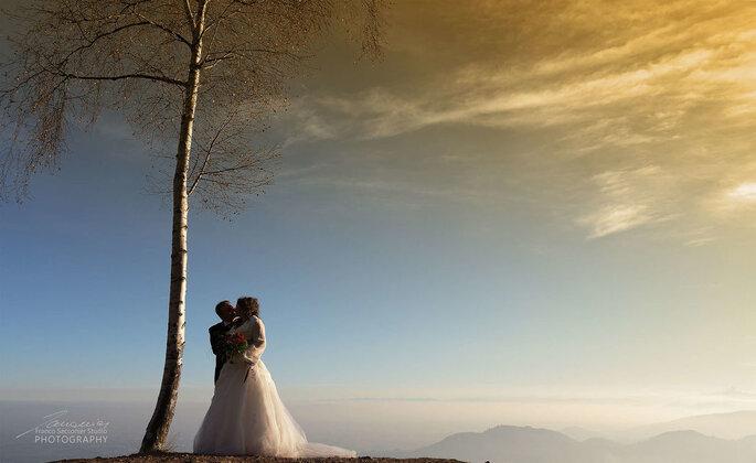 Fotografia di coppia di sposi con paesaggio montano