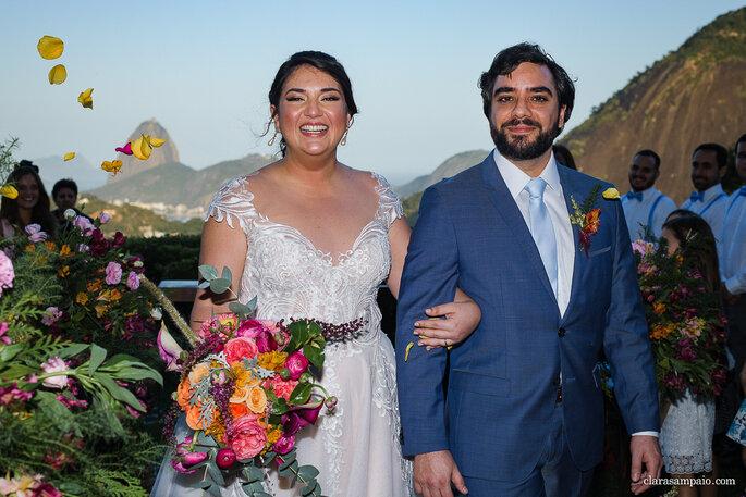 casal de noivos saindo da cerimônia