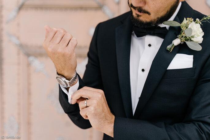 Bräutigam richtet sich Manchettenknöpfe