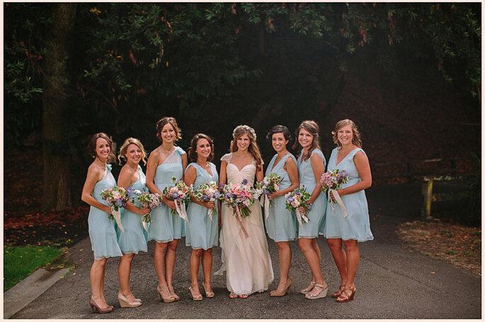 Damas de honor con vestidos cortos de color azul pálido. Foto: Danielle Capito