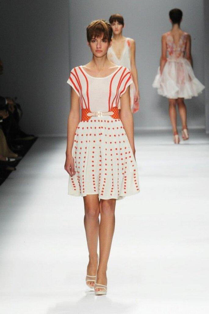 Vestido de fiesta corto con detalles en naranja intenso - Foto Cacharel