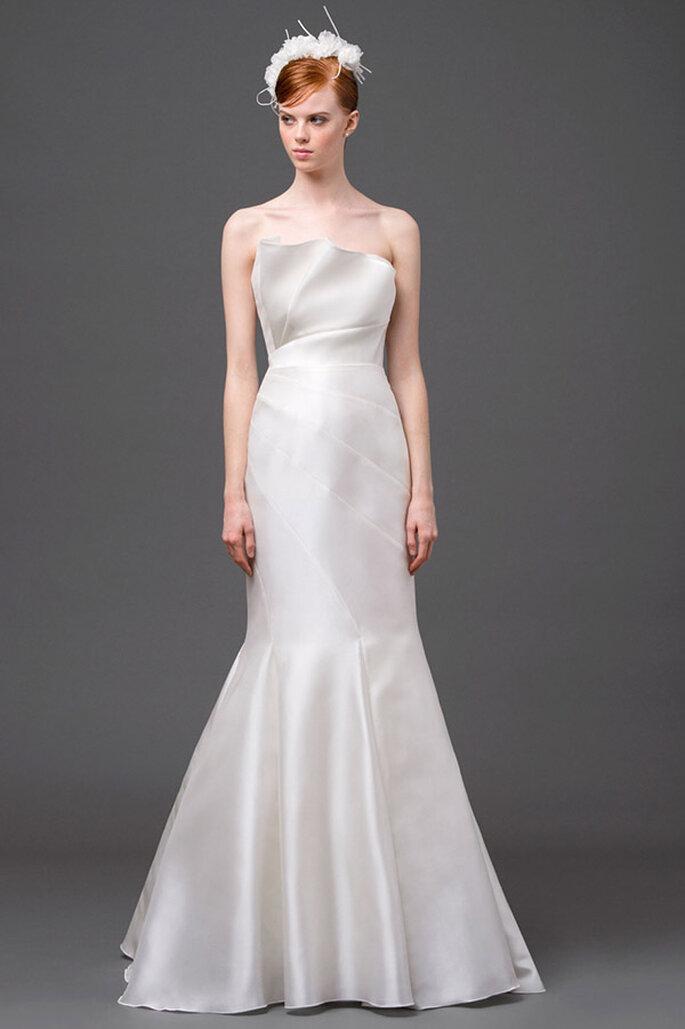 Vestido de novia 2015 con silueta ceñida, escote con inspiraciones arquitectónicas y cuello palabra de honor - Foto Alberta Ferretti