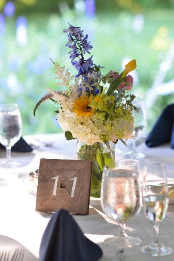 Selbst gepflückte Blumen in einem hübschen Glas arrangieren, etwas Holz und Farbe für die Tischnummer - fertig ist eine tolle Tischdekoration zum Selbermachen! Foto: Etsy.com Tcenterpieces Tanya Reese