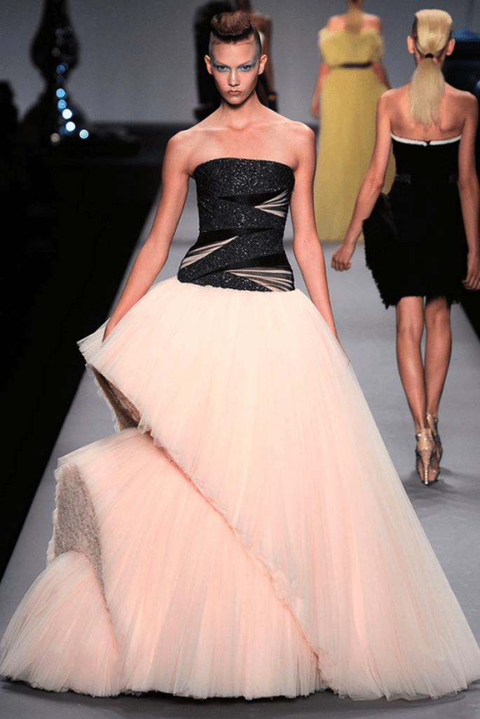 Vestido de novia con falda de cortes asimétricos en color rosa pastel - Foto Viktor & Rolf