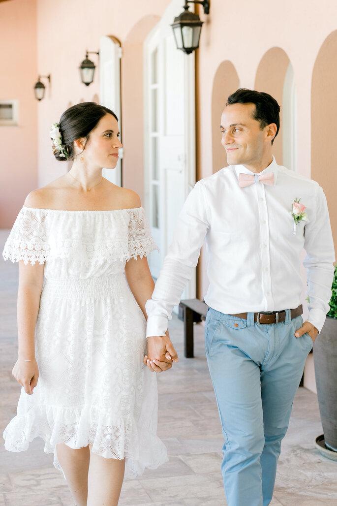Les mariés sont main dans la main et avancent le long de la terrasse du Pavillon Sully