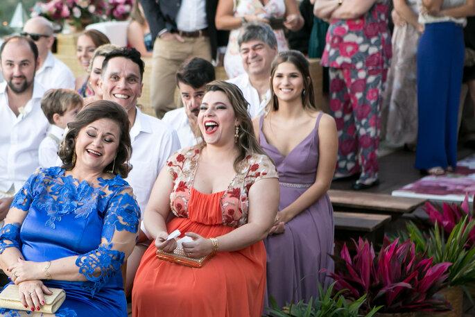 Convidados se divertem no casamento em Búzios