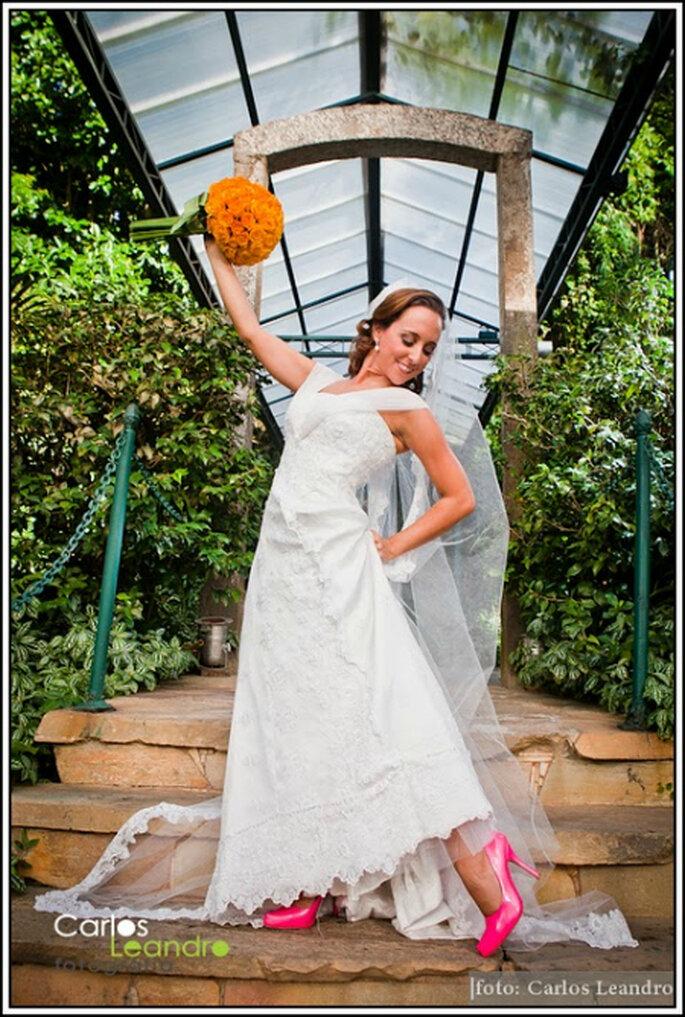 A noiva aposta no colorido do sapato e do buquê. Foto: Carlos Leandro