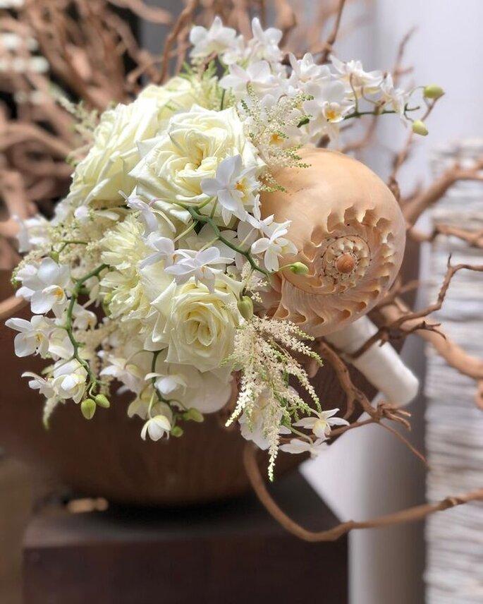 L'Asso dei Fiori - fiori bianchi e conchiglia bouquet