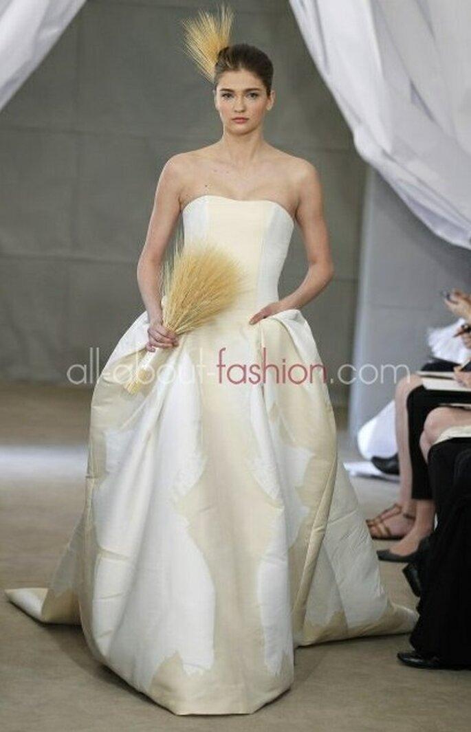 Verspielt: Brautkleider, die sich mit der Farbe Creme und Champagner abwechseln – Foto:  carolina herrera
