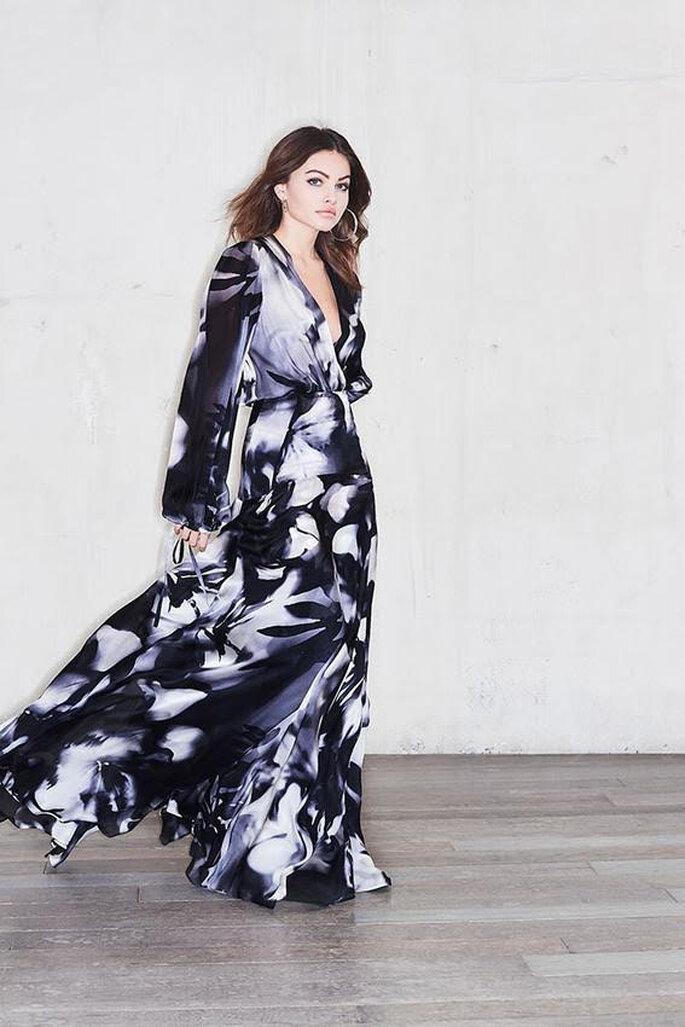 Une robe de soirée longue et fluide, noire, blanche et grise, avec un joli décolleté - un modèle sensuelle et féminin