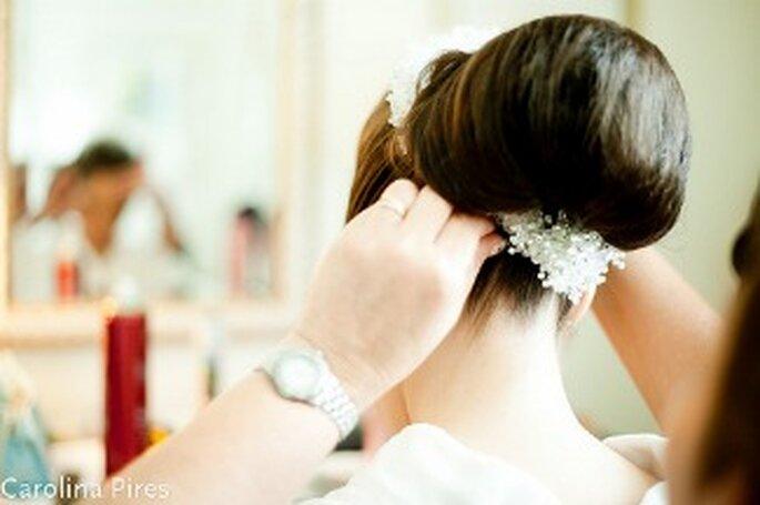 Auch das Buchen eines Hochzeitsfriseurs kann in stark frequentierten Monaten schwierig werden (Photo: Carolina Pires)