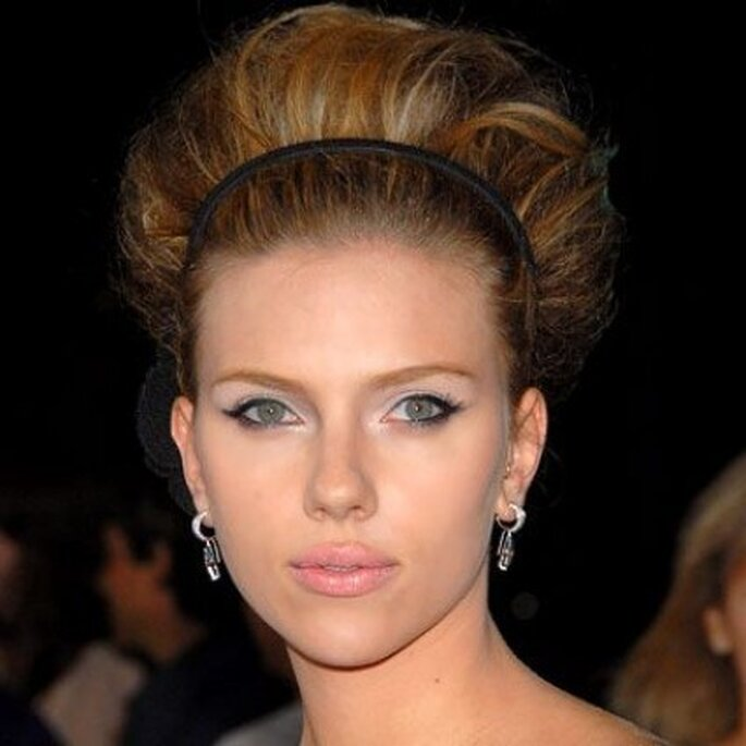 Estiliza tu rostro con un peinado de boda arriba de la cabeza, además te regala unos centímetros de altura.