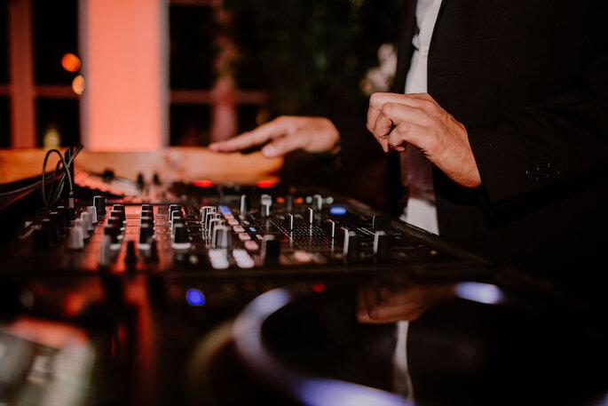 DJ aux platines qui anime une soirée de mariage