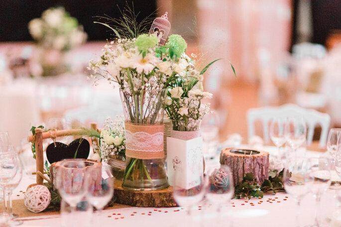 Décoration de table de mariage champêtre - bouquets de fleurs et bougeoirs en rondin