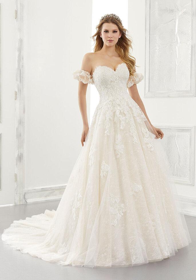 Morilee Vestido de novia en escote corazónVestido en corte pincesa strapless decorado con tul sobre encaje Chantilly y mangas desmontables abultonadas.