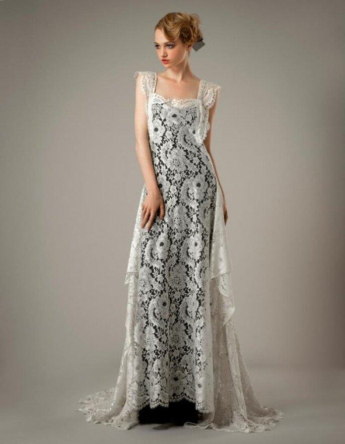 Vestido de novia con textura calada con tirantes gruesos y fondo en color negro - Foto Elizabeth Fillmore