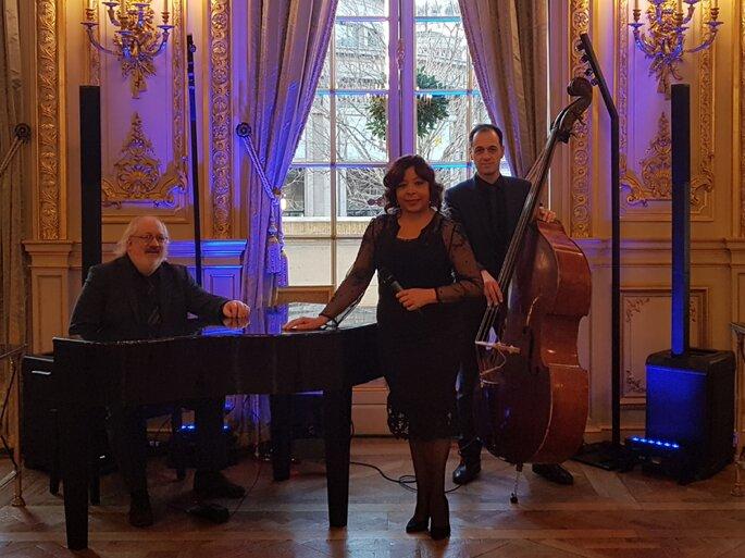 Une chanteuse et ses musiciens devant le piano et le violoncelle