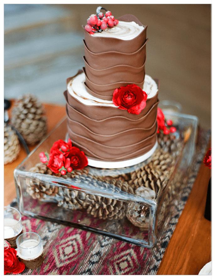 Pastel de bodas sabor chocolate con detalles de flores naturales en color rojo - Foto Lane Dittoe
