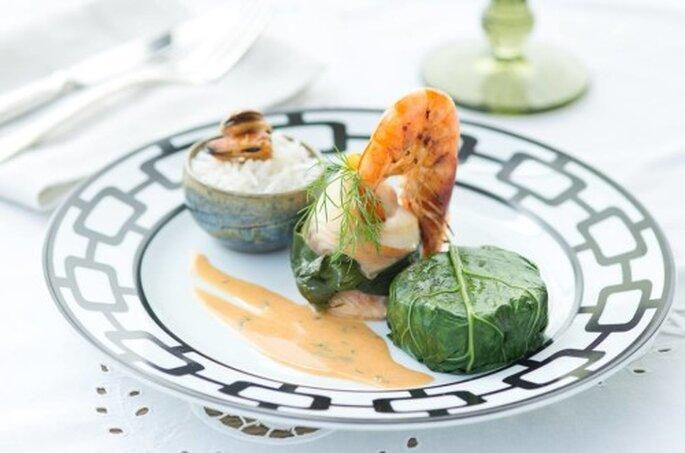 Involtini de peixe branco ao molho de frutos do mar, arroz de coco e chartreuse de legumes. Saint Morit's Buffet & Eventos - Foto: Henrique Peron Fotografia