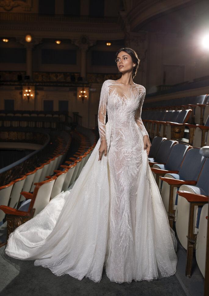 Vestido de noiva corte justo, com transparências e deslumbrantes bordados, com sobressaia da coleção Pronovias Privée 2021