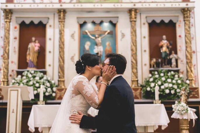 Beso de los recién casados en la Iglesia